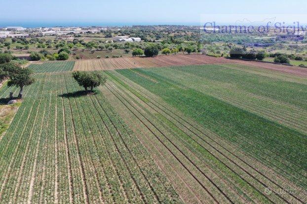 RAGUSA, Modica: terreno con azienda agricola